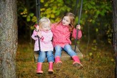 摇摆二个的姐妹户外 免版税图库摄影