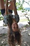 摇摆从结构树的十几岁的女孩 免版税库存图片