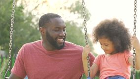 摇摆他的小女儿,愉快的家庭周末的有同情心的美国黑人的父亲 影视素材