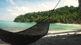 摇摆在一个美丽的热带海滩的吊床在菲律宾 影视素材