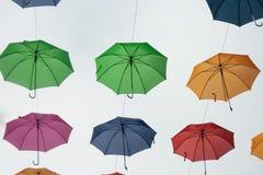 摇摆在夏天空气的伞 免版税库存照片