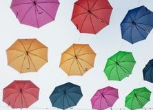 摇摆在天空中的夏天伞 免版税库存照片