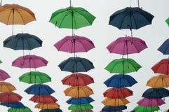 摇摆在天空中的夏天伞 免版税库存图片