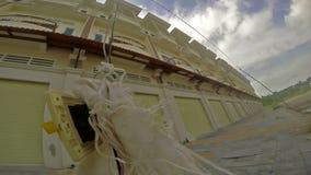 摇摆在导线的被放弃的未完成的建造场所和电源插座超现实主义的看法在西哈努克, 7月的柬埔寨 股票视频