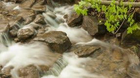 摇摆在岩石秋天上 免版税图库摄影