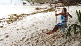 摇摆在拉迪格岛的妇女 股票视频