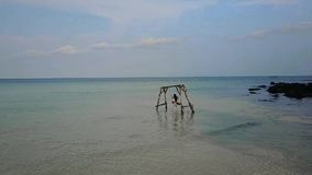 摇摆在摇摆的女孩在海 水摇摆 失去的天堂无人居住的海岛 影视素材