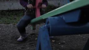 摇摆在摇摆的无罪孩子在被放弃的儿童` s操场 股票视频