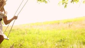 摇摆在摇摆的美丽的少女在橡木和笑附近 年轻自由的少年的无忧无虑的娱乐  股票录像