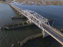 摇摆在水的吊桥鸟瞰图  免版税图库摄影