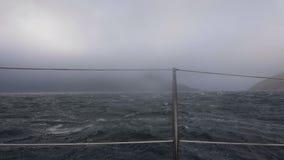 摇摆在风雨如磐的海的帆船挥动从委员会的看法 在风暴的游轮 股票录像