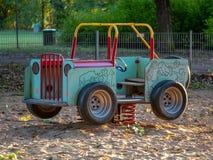 摇摆汽车的图象在操场的sandpit的 免版税库存照片