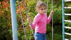 摇摆的哀伤的女孩 年轻美女获得在摇摆的乐趣 摇摆在绳索摇摆的体贴的孩子 4K, 60fps 股票录像