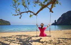 摇摆的妇女在热带海岛 免版税库存照片