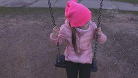 摇摆的孤独的小女孩 股票视频