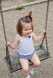 摇摆的孩子室外在公园 免版税库存照片
