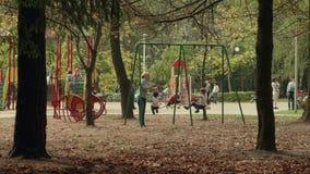 摇摆的孩子 秋天白天 光滑的移动式摄影车射击 影视素材