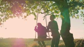 摇摆的愉快的儿童女孩在日落秋天 使用在自然步行的秋天的小孩 获得的小女孩乐趣  影视素材