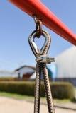 摇摆的绳索吊的结尾在金属建筑的在公园 粗砺 免版税图库摄影