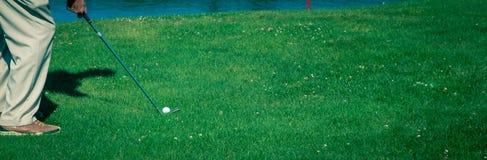 摇摆铁的高尔夫球运动员 免版税库存图片