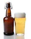 摇摆顶面啤酒瓶和玻璃 免版税库存图片