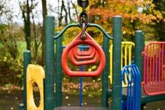 摇摆猴子栏杆的孩子 免版税库存图片