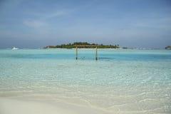 摇摆直接入在马尔代夫海滩的turquise海洋水 免版税库存图片