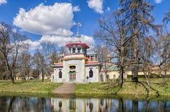 摇摇欲坠的中国塔在凯瑟琳公园在Tsarskoye Selo 免版税库存照片
