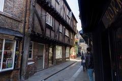 摇晃不稳中世纪购物的街道在约克 免版税库存图片