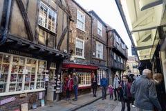 摇晃不稳中世纪购物的街道在约克 免版税库存照片