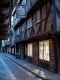 摇晃不稳,肉店历史的街道追溯到中世纪时期的 现在其中一个约克` s主要旅游胜地 免版税库存图片