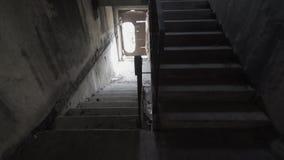 摇晃的照相机来往带领损坏的楼梯无处 探索被放弃的地方充分残骸 坏梦想和 股票录像