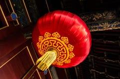 摇晃从一块室外天花板的红色中国灯笼在一个寺庙在北京,中国 图库摄影