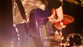 摇滚乐音乐会 吉他弹奏者弹吉他 E 在现有量的重点 免版税库存图片