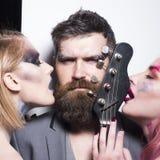 摇滚乐音乐会 岩石吉他戏剧 岩石musicicans带与吉他的 硬岩 爱音乐 免版税库存照片