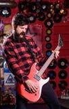 摇滚明星概念 有胡子戏剧电吉他的音乐家 免版税库存照片