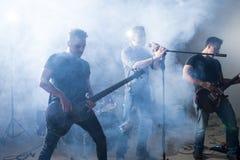 摇滚歌手和吉他弹奏者阶段的 免版税库存照片