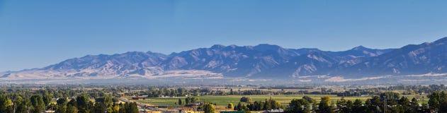 摇石谷风景视图包括韦尔斯维尔山、尼布理、Hyrum、上帝和学院病区镇,犹他州的家 图库摄影