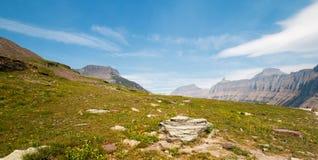 摇石通行证如被看见从暗藏的湖供徒步旅行的小道在冰川国家公园在2017秋天火期间在蒙大拿 免版税图库摄影