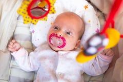 摇篮的女婴 免版税库存图片