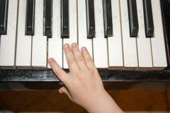 从摇篮的音乐 儿童` s白嘴鸦 库存图片