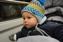 摇篮车的一个小男孩乘电车旅行 库存图片