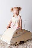 摇篮车的俏丽的女婴 库存照片