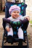 摇篮车的小女孩 免版税库存图片