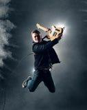 摇滚乐吉他弹奏者跳跃 免版税库存照片