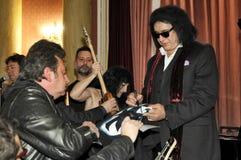 摇滚乐队的吉他弹奏者和歌唱者亲吻吉恩・西蒙斯 库存照片