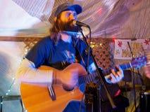 摇滚乐队音乐家保罗弹吉他和唱歌在Optim的Izak 库存图片