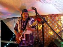 摇滚乐队Roxotica吉他弹奏者汤米使用在Optimysstiqu的大砂 库存图片