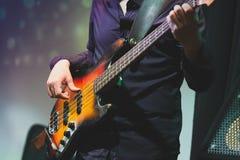 摇滚乐音乐,低音吉他球员特写镜头 免版税库存图片