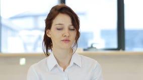 摇头对没有,否认妇女在办公室 影视素材
